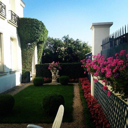 Manoir de Beauregard : Gardens outside the Front Door