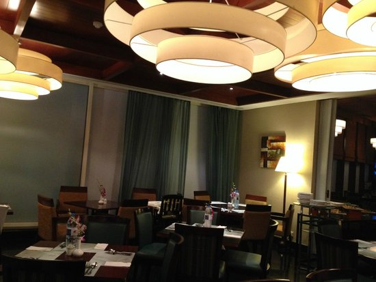 Flora Park Deluxe Hotel Apartments: Dining Room at night