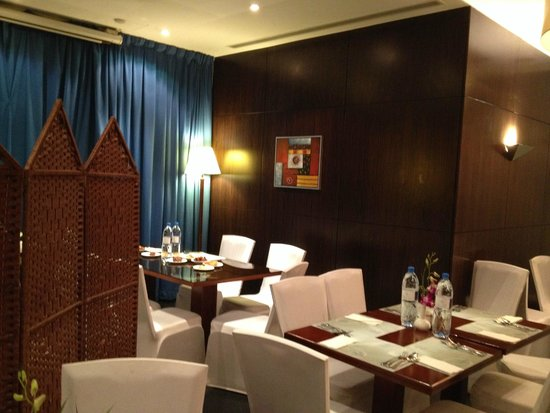 Flora Park Deluxe Hotel Apartments: Dining Room at nigh