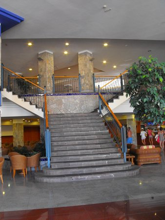 ClubHotel Riu Buena Vista: Elegant staircase leading down from reception