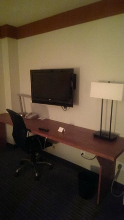 La Quinta Inn & Suites New Orleans Downtown : Desk and TV in room