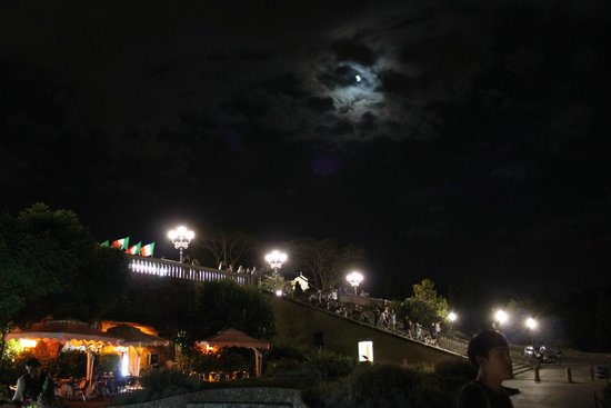 Esplanade Michel-Ange (Piazzale Michelangelo) : Stairs at night, where many people hang out.