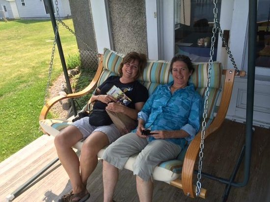 Driftwood Inn Bed and Breakfast: Front porch swing chair