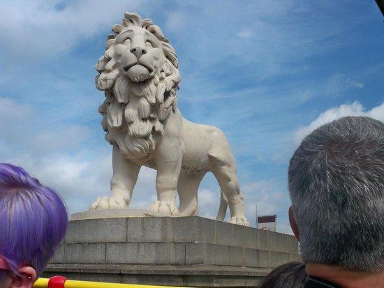 Golden Tours: Lion Monument in Trafalgar Square