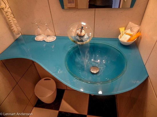 Europa Inn & Restaurant: Sink in the bedroom