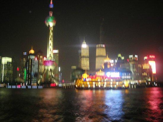 Salvo Hotel Shanghai: Ночной вид из окна отеля