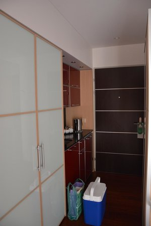 Hotel Krone Unterstrass: Kuchnia za szafą - bardzo dobrze urządzona