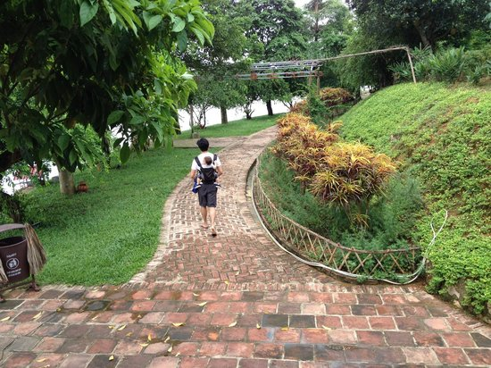 Moon Garden Homestay: Huge Compound for kids!
