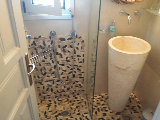 Paradisso Beach Villas: upstairs room shower