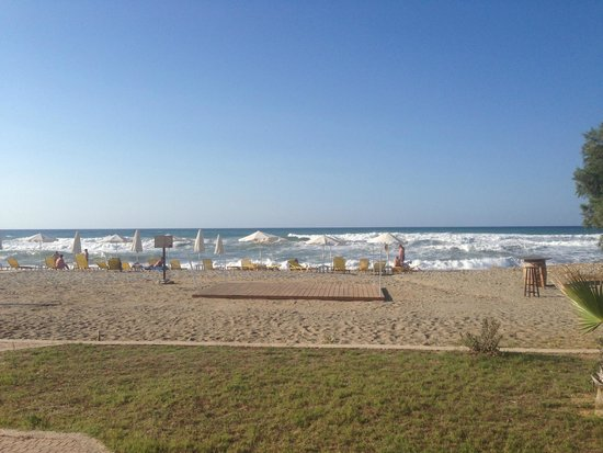 Daphnis Villas: Sandy beach