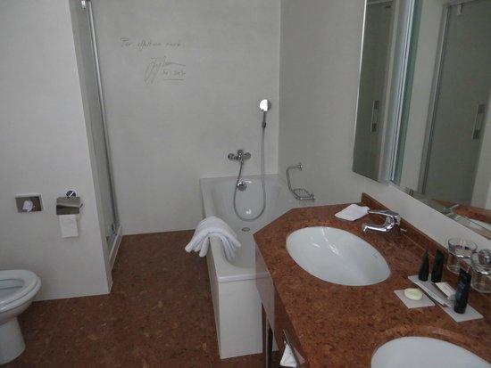 Hotel Schweizerhof Luzern: Schweizerhof Hotel suite - spacous bathroom