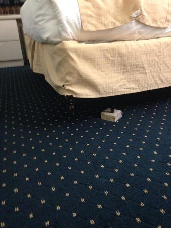 Microtel Inn & Suites by Wyndham BWI Airport Baltimore : Block of wood under bed