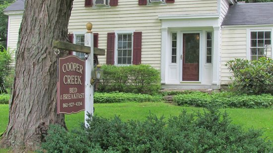 Cooper Creek Bed and Breakfast: Front of inn