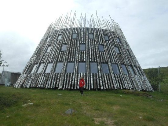 """Bruksvallarna, Suécia: """"Tusen"""" a birch log building at the top of the world,"""