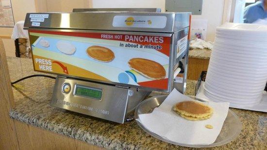 Travelodge Florida City/Homestead/Everglades: breakfast room with pancake machine