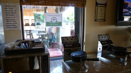 Travelodge Florida City/Homestead/Everglades: breakfast room with waffles machine