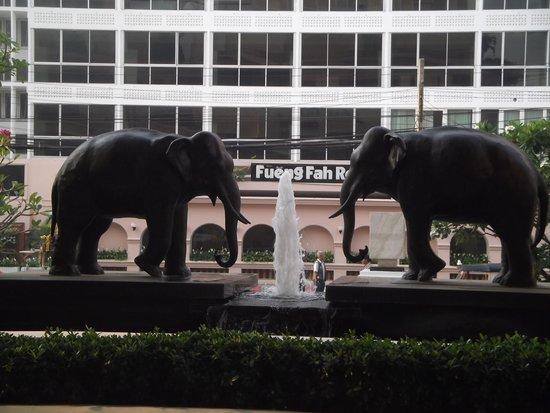 Le Meridien Chiang Mai : Los elefantes de bienvenida