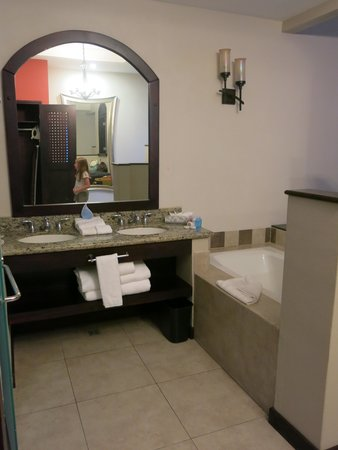 Hotel Parador: Bathtub and vanity - room 3511