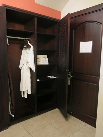 Hotel Parador: Entry and closet - room 3511