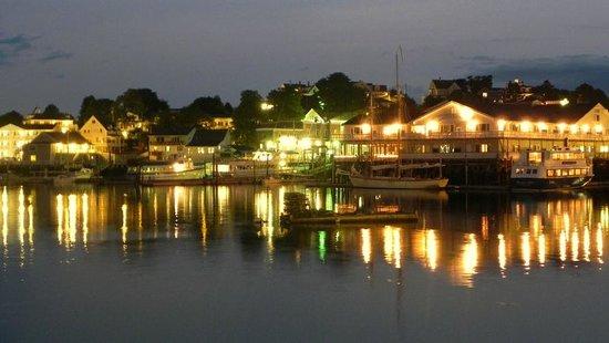 Rocktide Inn: Nighttime in the harbor