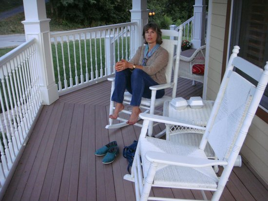 Amber House Bed and Breakfast: Enjoying the rocking chairs on the porch