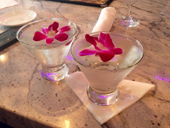 Tazza Osteria & Bar: Great martinis, great food, great place for meeting new people..
