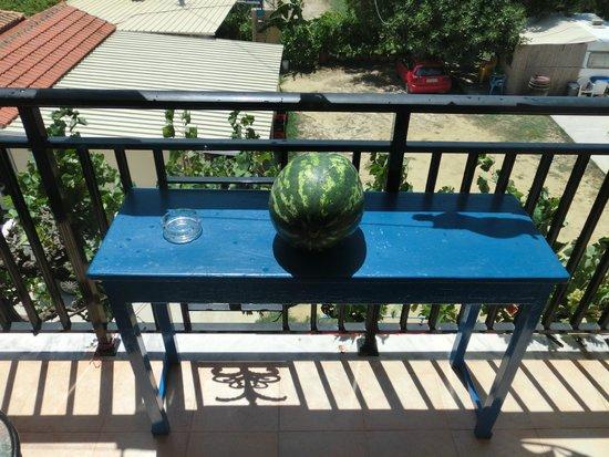 Pansion Limni: Tisch vor dem Zimmer u Aussicht
