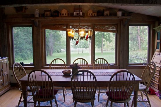 Lydia Mountain Cabins: dining area overlooking backyard and lake