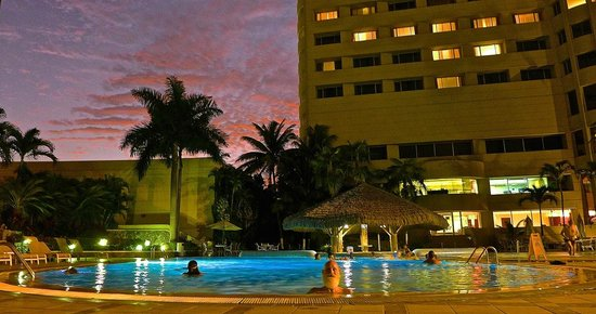 Hilton Colon Guayaquil: Outdoor Pool at dusk