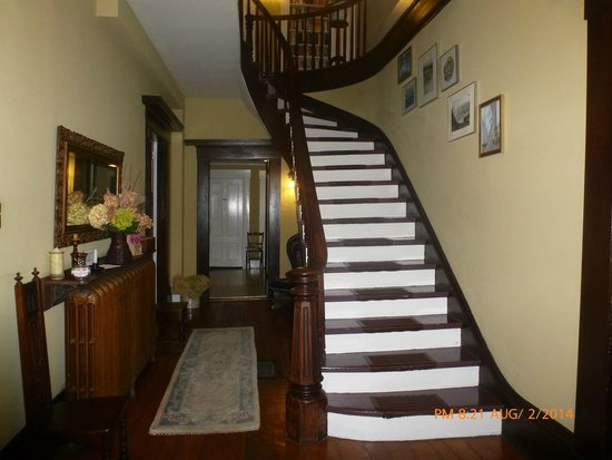 St. Stephen, แคนาดา: Main Entrance-stairway leading to 4 Bedrooms