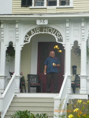 Blair House Heritage Breakfast Inn: Entrance-with 3 chairs for sitting-to enjoy the view