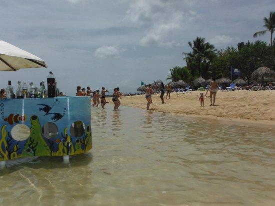 Grand Bahia Principe El Portillo : Ejercicio en la playa y chiringuito