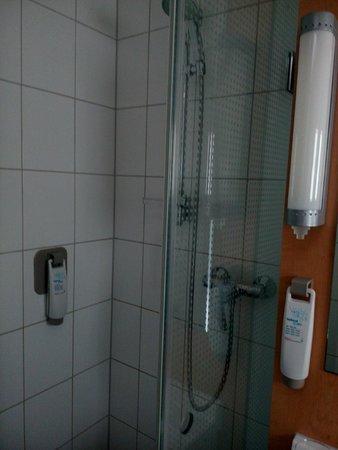 Ibis Amsterdam Centre: cabina de ducha muy estrecha
