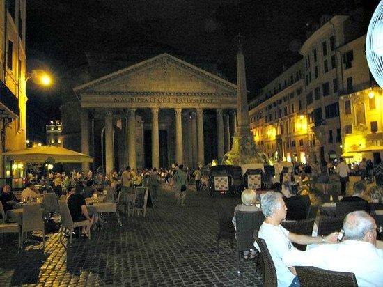 Albergo del Senato: View of the Piazza - Hotel is on left