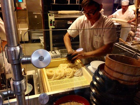 Marukame Udon Waikiki : Noodle prep
