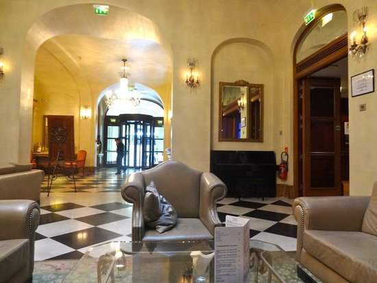 Millennium Hotel Paris Opera: Lobby area of Hotel. Don't forget to take plug adapter with you.