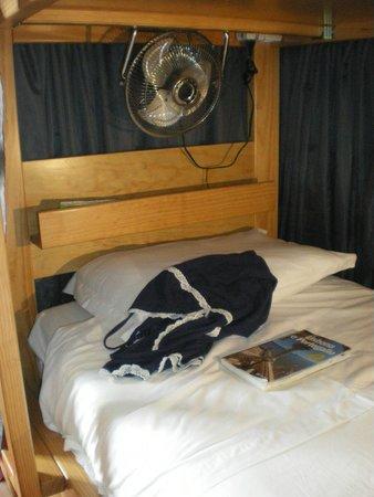Tattva Design Hostel: letto con ventilatore