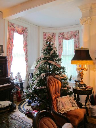 Penrose Victorian Inn: Christmas parlor and player piano