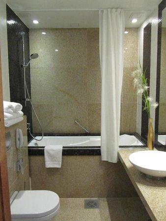 Savoy Boutique Hotel : Standard bath