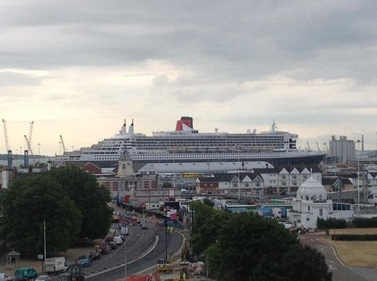 Holiday Inn Southampton: View from room 702 of the Queen Mary 2 and the harbour