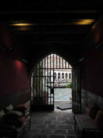 Al Ponte Antico Hotel: entrance from canal