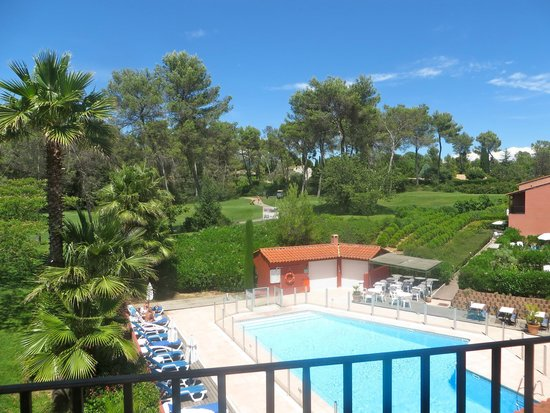 Domaine de l'Albatros: View of pool and golf
