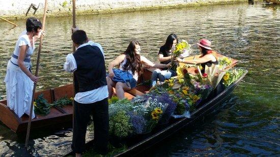L'Isle-sur-la-Sorgue Market: Unlike gondola, only a few boats carry tourists.