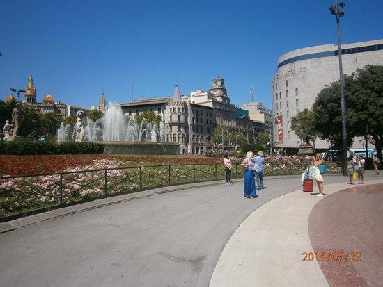 Plaza de Cataluna: На площади фонтаны
