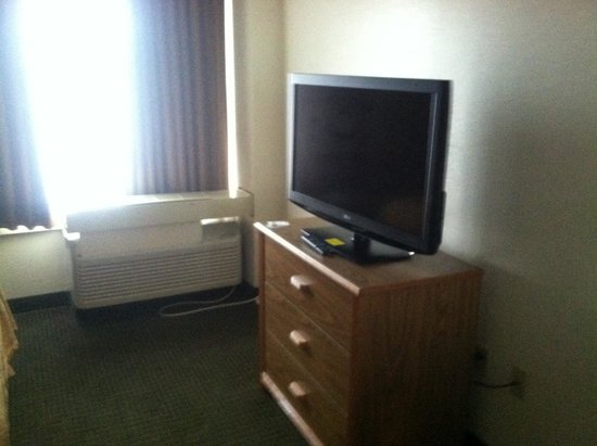 Quality Suites Milwaukee Airport: TV in bedroom