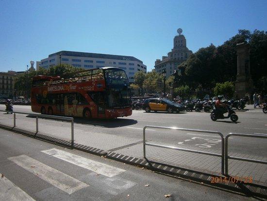 Plaza de Cataluna: Bus turistik тут тоже курсирует
