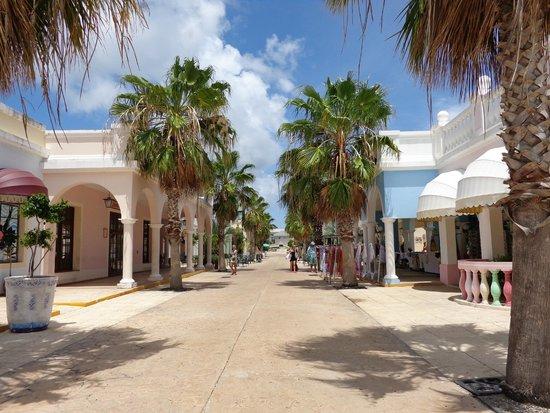 Royalton Cayo Santa Maria: El Pueblo shopping next door