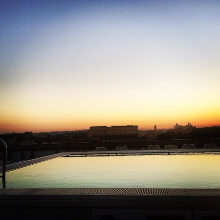 Mercure Rome Colosseum Centre: Sunset from pool
