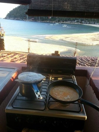 Casa Vortex : Cooking breakfast and watching the whales!