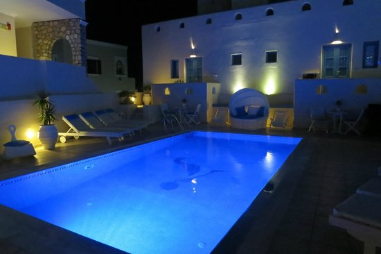Evgenia Villas & Suites : View of the pool at night
